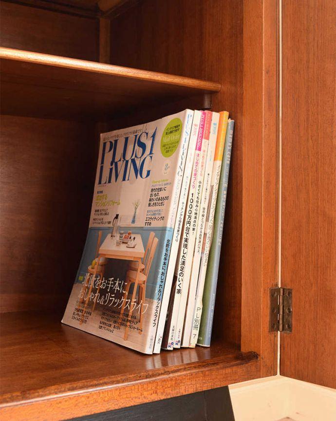 アンティークのキャビネット アンティーク家具 ブラックの脚がカッコイイ、北欧テイストのヴィンテージサイドボード。扉の中は収納たっぷりA4サイズの雑誌までしっかり収納出来ちゃう大きさ。(k-2437-f)