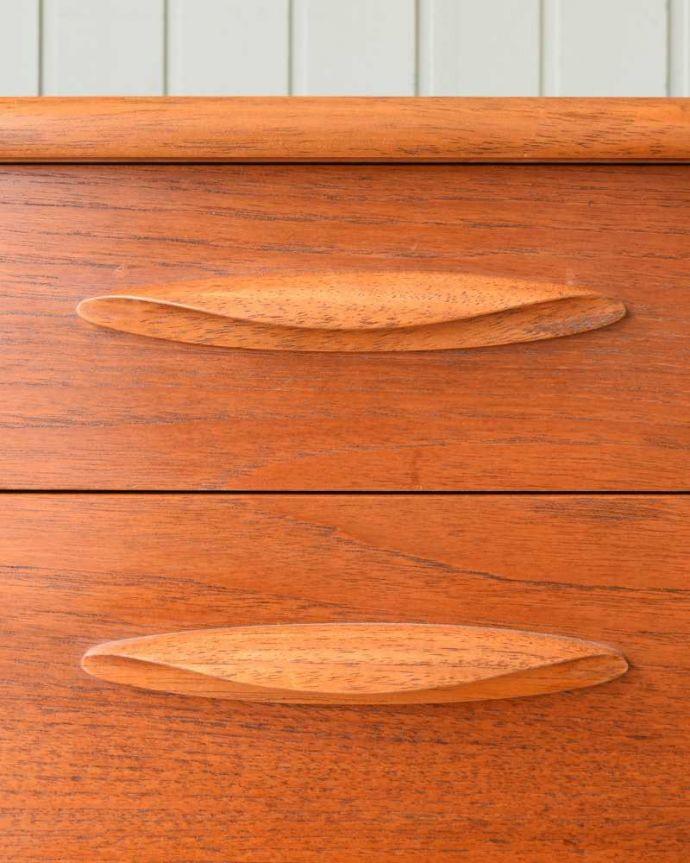 アンティーク家具 Austin Suite社製のヴィンテージ家具、6杯引き出しのサイドボードチェスト。カッコいい取っ手もデザインの一部デザインの一部になっているカッコいい取っ手。(k-2554-f)