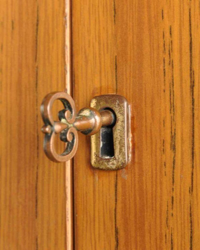 アンティークのキャビネット アンティーク家具 ホームオフィス社のデスクキャビネット、多機能なイギリスのヴィンテージ家具。鍵が取っ手になっています中を開ける度にまるで宝箱を開ける気分です。(k-2583-f)