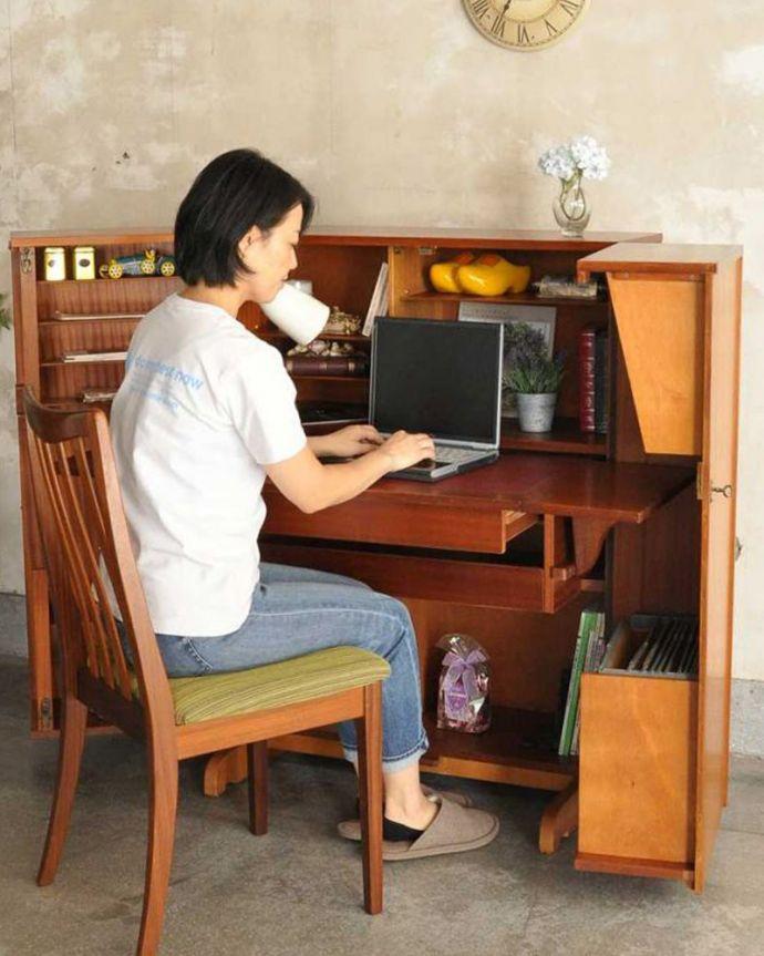k-2592-f アンティークライティングデスクのモデル入り(座って)