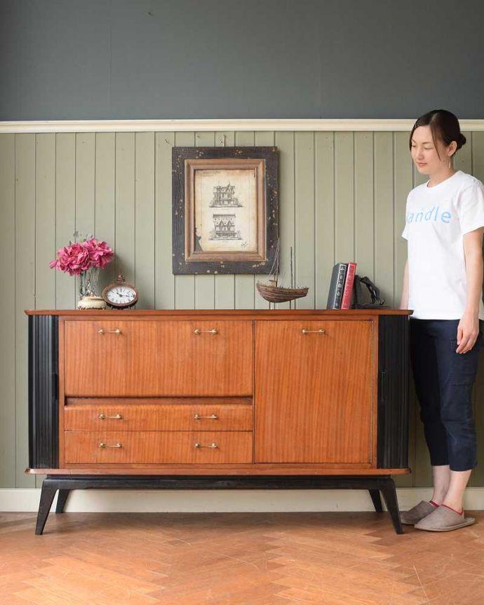 サイドボード アンティーク家具 北欧テイストのヴィンテージ家具、ブラックの脚がかっこいいサイドボード 。人気のヒミツは北欧スタイルのデザインやっぱりスッキリとカッコイイ北欧デザインが人気のサイドボード。(k-2617-f)