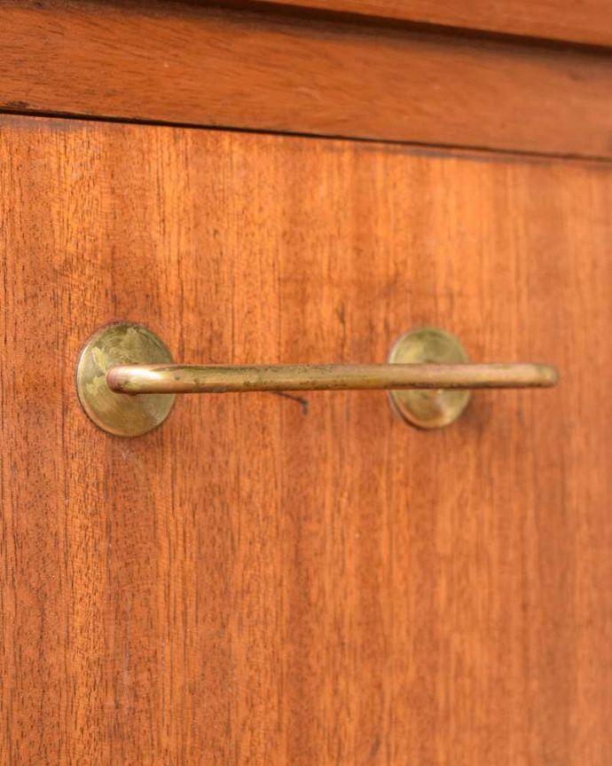 サイドボード アンティーク家具 北欧テイストのヴィンテージ家具、ブラックの脚がかっこいいサイドボード 。デザインの一部になっている取っ手取っ手のデザインもシンプルかつ機能的に。(k-2617-f)