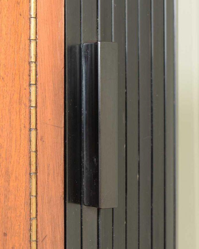 サイドボード アンティーク家具 北欧テイストのヴィンテージ家具、ブラックの脚がかっこいいサイドボード 。扉の木目があたたかさを演出クールなデザインなのに、なんだかほっとするあたたかさ。(k-2617-f)