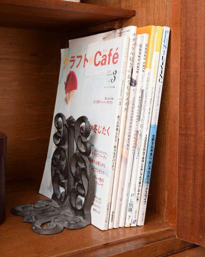 サイドボード アンティーク家具 北欧テイストのヴィンテージ家具、ブラックの脚がかっこいいサイドボード 。扉の中は収納たっぷりA4サイズの雑誌までしっかり収納出来ちゃう大きさ。(k-2617-f)