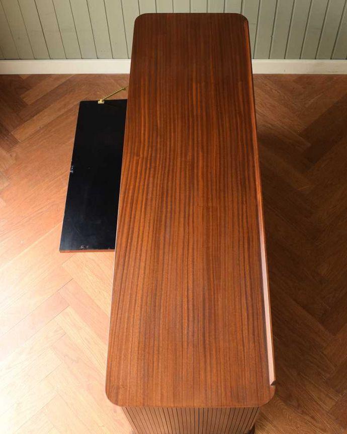 サイドボード アンティーク家具 北欧テイストのヴィンテージ家具、ブラックの脚がかっこいいサイドボード 。天板の塗装もキレイに仕上げましたヴィンテージの家具は修復方法が様々。(k-2617-f)