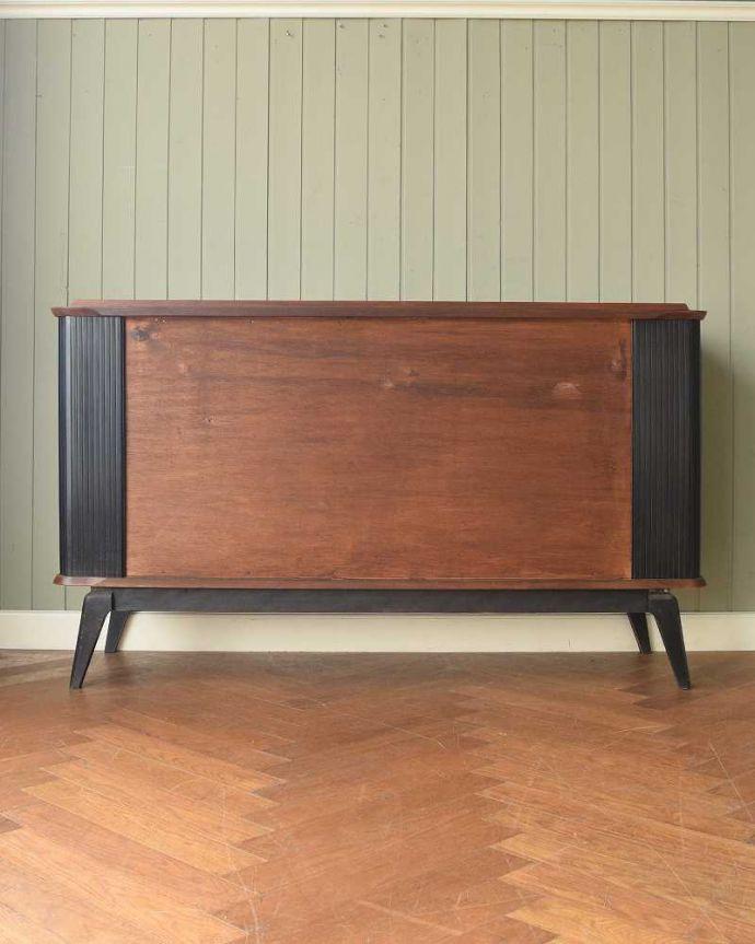 サイドボード アンティーク家具 北欧テイストのヴィンテージ家具、ブラックの脚がかっこいいサイドボード 。もちろん後ろ姿もキレイですビンテージは新品ではないので、もちろん経年変化によるキズはあります。(k-2617-f)