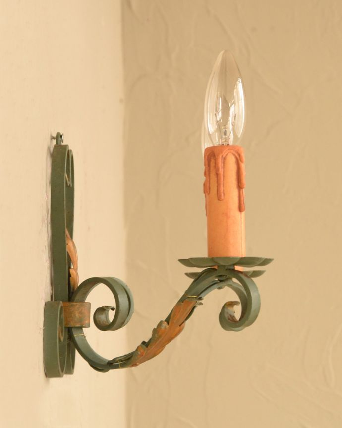 壁付けブラケット 照明・ライティング 植物のツタのような装飾が美しいアンティークの壁付け照明(ウォールランプ)。。(k-2626-z)