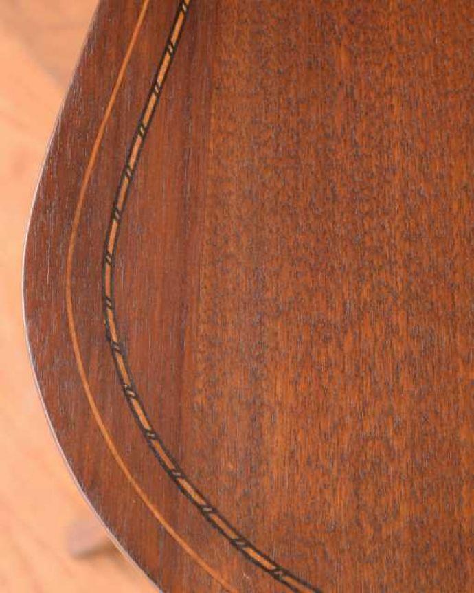 アンティークのテーブル アンティーク家具 オシャレな空間を作るビーンズ型、アンティークのオケージョナルテーブル。天板を近づいてみると…アンティークだから手に入れることが出来る天板に使われている銘木の美しさにうっとりです。(k-2648-f)