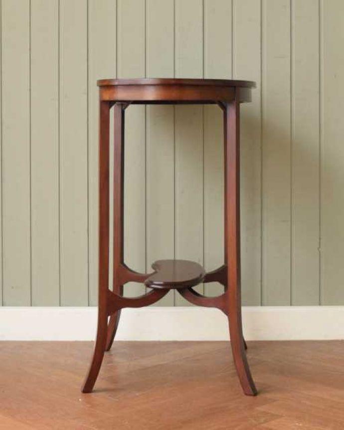 アンティークのテーブル アンティーク家具 オシャレな空間を作るビーンズ型、アンティークのオケージョナルテーブル。こちら側も、もちろんキレイです!アンティークは新品ではないので、もちろん経年変化によるキズはありますが、専門の職人がキレイにお直しをしているので、どの角度から見てもキレイです。(k-2648-f)