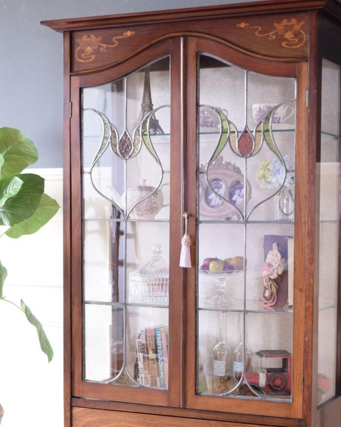 アンティークのキャビネット アンティーク家具 アールヌーボーデザインのアンティーク家具、ステンドグラス扉が美しいガラスキャビネット。まずはステンドグラスを楽しみましょう現代のように機械が発達していない時代に作られたステンドグラス。(k-2656-f)