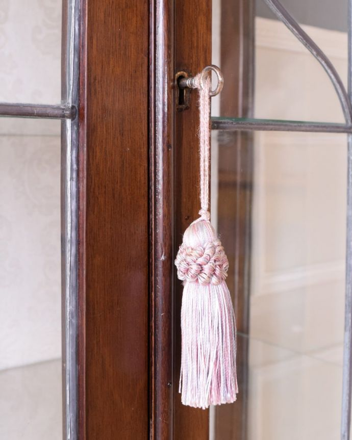 アンティークのキャビネット アンティーク家具 アールヌーボーデザインのアンティーク家具、ステンドグラス扉が美しいガラスキャビネット。鍵を使って開けて下さいおとぎ話から出てきたような可愛いアンティークの鍵で開け閉め出来ます。(k-2656-f)
