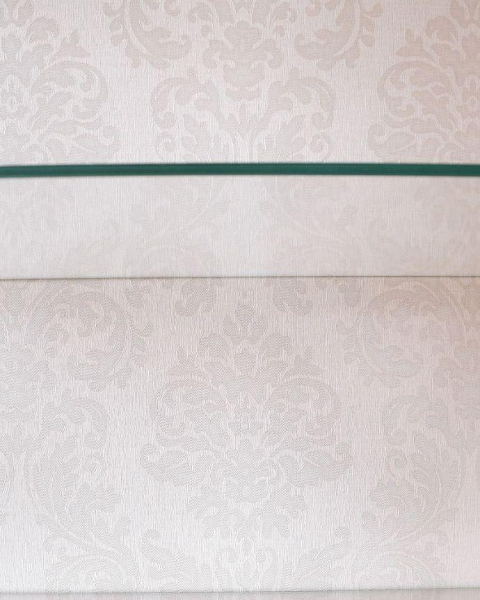 アンティークのキャビネット アンティーク家具 アールヌーボーデザインのアンティーク家具、ステンドグラス扉が美しいガラスキャビネット。新しい生地で張り替えましたキャビネットの表情に合わせて新しい背板の生地を選びました。(k-2656-f)