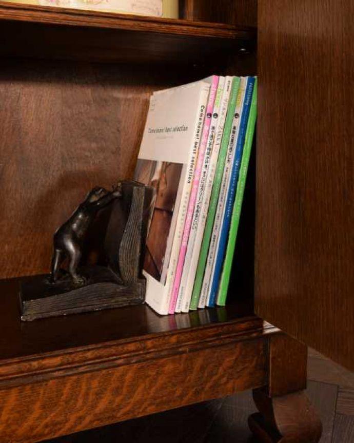 アンティークのキャビネット アンティーク家具 オーク材の重厚なアンティーク家具、英国のブックケース(本棚)。扉の中は収納たっぷりA4サイズの雑誌までしっかり収納出来ちゃう大きさ。(k-2760-f)