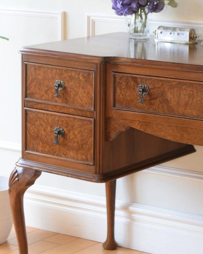 アンティークのデスク・書斎机 アンティーク家具 アンティーク ライティングデスク アンティークらしい銘木の木目の美しさ本来、機能的に使われる家具デスクも、アンティークだと木目の美しさが楽しめる家具に。(k-2840-f)