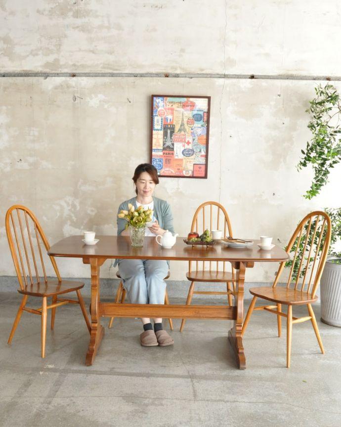アーコールの家具 アンティーク家具 アーコール社のヴィンテージ家具、お洒落なダイニングテーブル。スマートなデザインが人気のヴィンテージテーブルシンプルなデザインだから、どんなインテリアにも似合っちゃう所が人気のヒミツ。(k-2853-f)