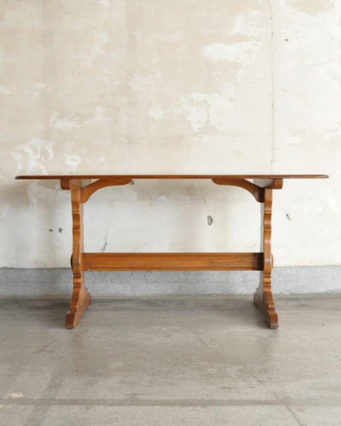 アーコールの家具 アンティーク家具 アーコール社のヴィンテージ家具、お洒落なダイニングテーブル。真横から見ると・・・サイドから見てみると、こんな感じで美しいです。(k-2853-f)