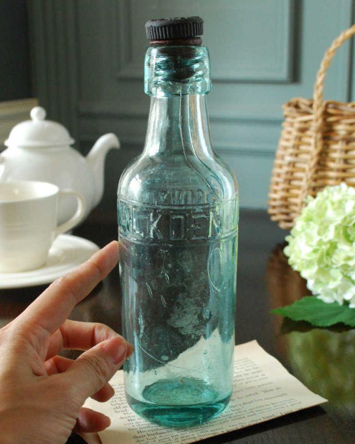 フタ付きのアンティークガラスボトル、エンボス入りボトル
