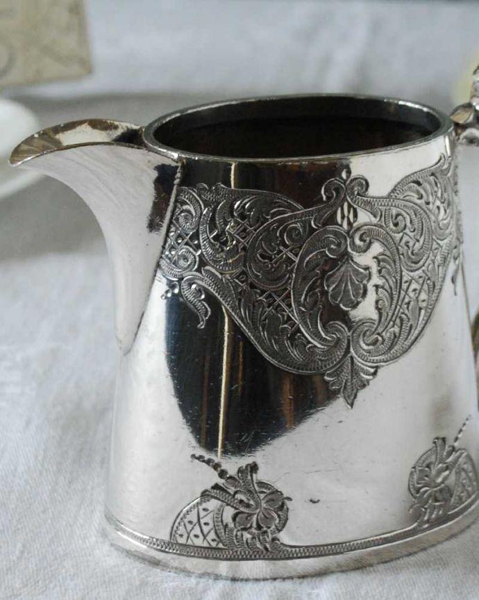 アンティーク シルバー製 アンティーク雑貨 優雅な装飾が付いたアンティークシルバープレートのミルクポット(ミルクピッチャー)。お茶の時間に欠かせないミルクピッチャーミルクティーが大好きな英国人が作ったシルバーのミルクピッチャーは、たっぷりミルクが注げるようにサイズが大きめです。(k-3220-z)