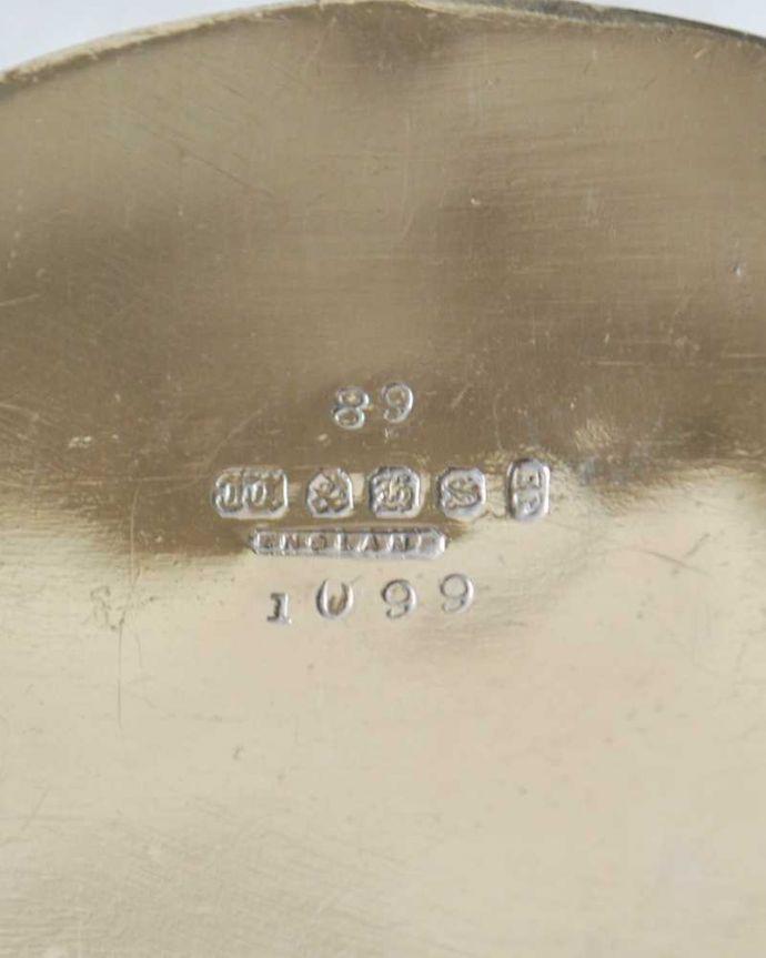 アンティーク シルバー製 アンティーク雑貨 優雅な装飾が付いたアンティークシルバープレートのミルクポット(ミルクピッチャー)。裏側には品質の証刻印が入っています。(k-3220-z)