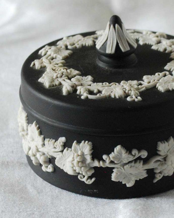 アンティーク 陶磁器の雑貨 アンティーク雑貨 葡萄が美しい、アンティークウェッジウッドのジャスパーウェアのフタ付き小物入れ(ブラック)。繊細で優雅なデザインですぷっくりと浮かび上がる白い模様は、一体的な美しい葡萄です。(k-3258-z)