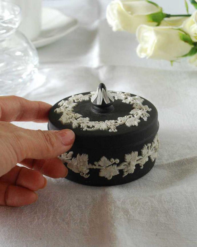 アンティーク 陶磁器の雑貨 アンティーク雑貨 葡萄が美しい、アンティークウェッジウッドのジャスパーウェアのフタ付き小物入れ(ブラック)。宝石のような美しさを追求した焼き物なんとも言えない滑らかな手触りが、ジャスパーウエアの特長。(k-3258-z)