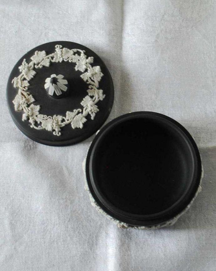 アンティーク 陶磁器の雑貨 アンティーク雑貨 葡萄が美しい、アンティークウェッジウッドのジャスパーウェアのフタ付き小物入れ(ブラック)。中はこんな感じですアンティークのため、多少の欠け・傷がある場合がありますが、使用上問題はありませんので、ご了承下さい。(k-3258-z)