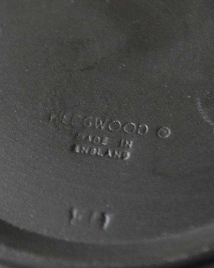 アンティーク雑貨 葡萄が美しい、アンティークウェッジウッドのジャスパーウェアのフタ付き小物入れ(ブラック)。裏側には品質の証ひっくり返して見ると、ウェッジウッドのマークを見つけることが出来ます。(k-3258-z)