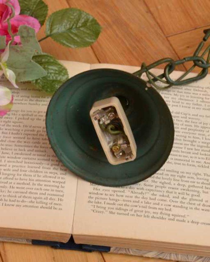 シャンデリア 照明・ライティング ほんのり色づいた若草色が爽やかなアンティークのシャンデリア(4灯)。引っ掛けタイプです自分でも取り付け出来る引っ掛けシーリング仕様で加工してあります。(k-3773-z)