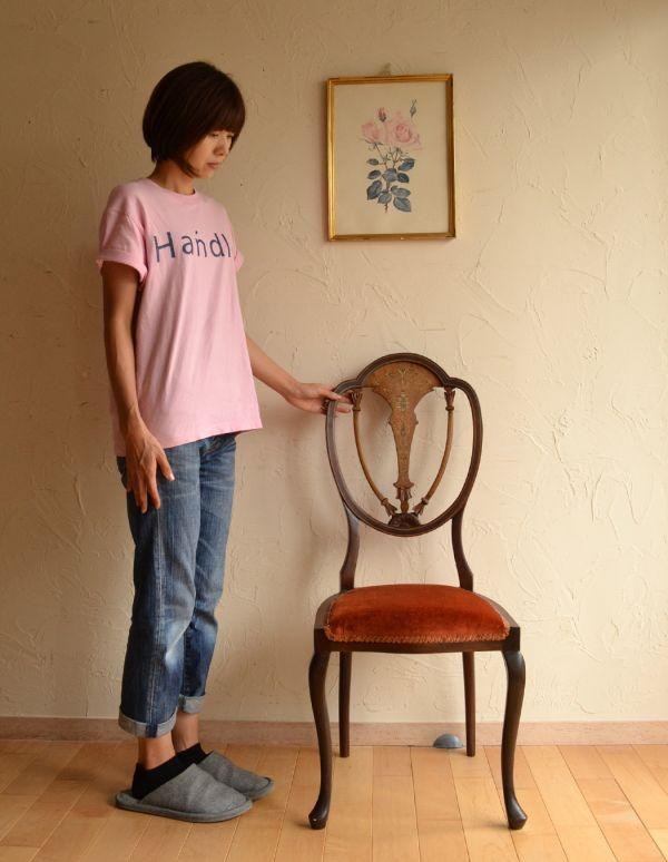 サロンチェア アンティーク チェア マホガニー材のアンティークチェア、美しい背もたれのサイドチェア。上品な雰囲気が漂います。(k-926-c)