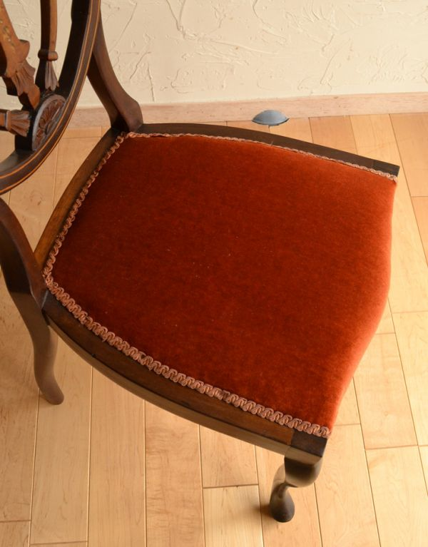 サロンチェア アンティーク チェア マホガニー材のアンティークチェア、美しい背もたれのサイドチェア。座面には布が貼ってあるので、長時間座っても疲れません。(k-926-c)