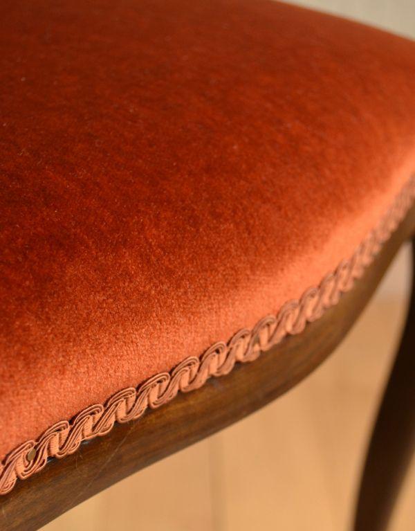 サロンチェア アンティーク チェア マホガニー材のアンティークチェア、美しい背もたれのサイドチェア。鮮やかなオレンジ色のベロア生地です。(k-926-c)