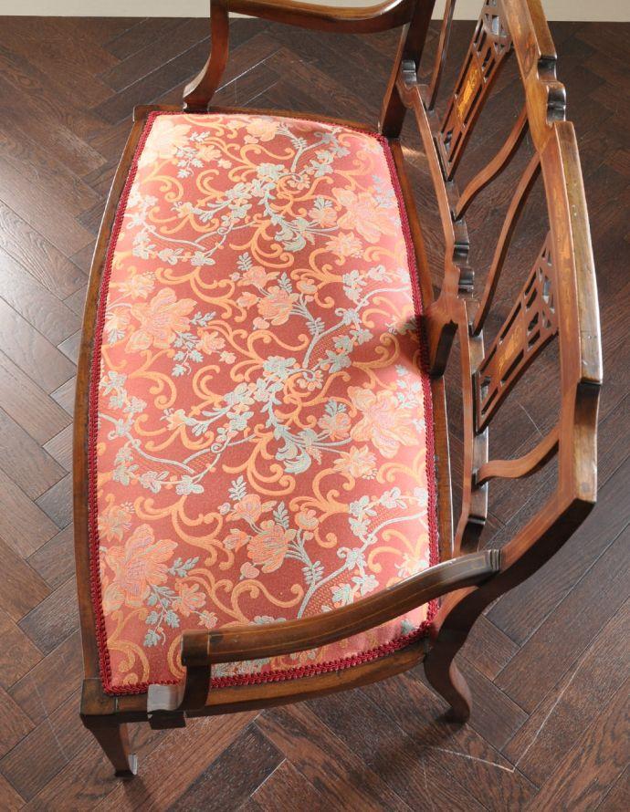 チェスターフィールド アンティーク チェア イギリスの優雅なアンティークチェア、背もたれの美しいセティ。すわり心地がいい座面。(k-991-c)