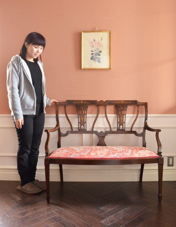 チェスターフィールド アンティーク チェア イギリスの優雅なアンティークチェア、背もたれの美しいセティ。飾っても使っても楽しめる椅子です。(k-991-c)