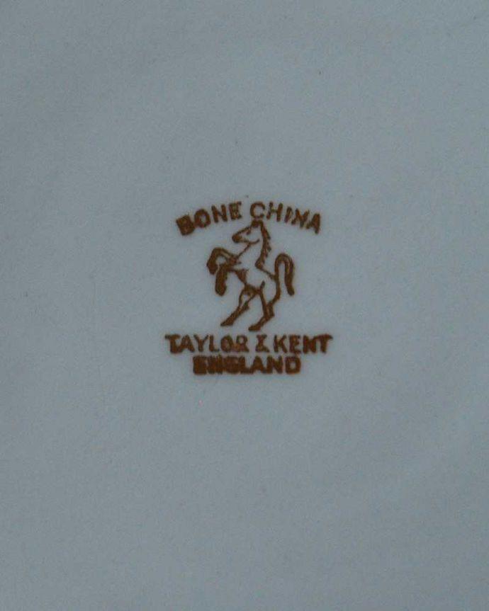 アンティーク 陶磁器の雑貨 アンティーク雑貨 ゴールドのレース模様が美しいアンティークプレート。裏側には品質の証製造メーカー保証の意味がこもった窯印、ポーセリンマークがあります。(m-2234-z)