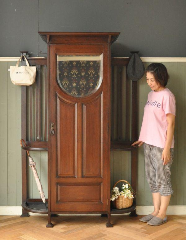 アンティーク家具 英国デザインのアンティーク家具、鏡付きが嬉しいホールスタンド(洋服掛け)。英国紳士の身だしなみのための家具もともと英国紳士の正装に必須だったステッキを収納するための家具。(m-264-f-1)