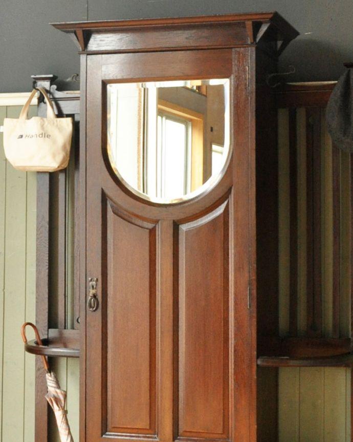 アンティーク家具 英国デザインのアンティーク家具、鏡付きが嬉しいホールスタンド(洋服掛け)。玄関を華やかにしてくれる英国らしい家具お家に来た方が必ず訪れる場所が玄関。(m-264-f-1)