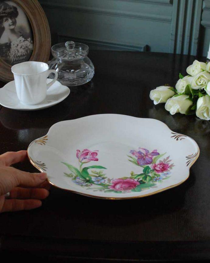 アンティーク 陶磁器の雑貨 アンティーク雑貨 ロイヤルスチュアート社、お花のブーケが美しいアンティークB&Bプレート。現在も日常使いされるB&Bプレートディナー皿代わりにも使える大きなサイズ。(m-3095-z)