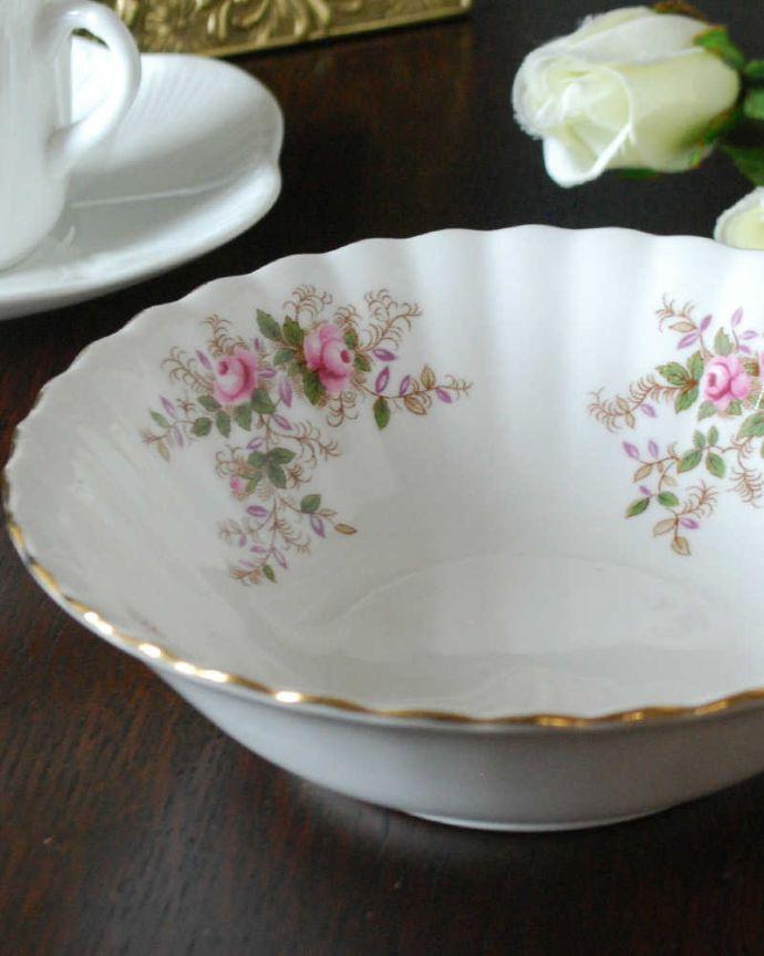 アンティーク 陶磁器の雑貨 アンティーク雑貨 イギリスで見つけたロイヤルアルバート社のアンティークのスープカップ(ラベンダーローズシリーズ)。可愛い薔薇の模様が描かれたラベンダーローズ葉っぱの一部がラベンダー色のロイヤルアルバート窯の「ラベンダーローズ」。(m-3764-z)
