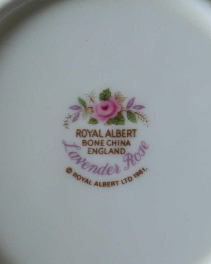 アンティーク 陶磁器の雑貨 アンティーク雑貨 イギリスで見つけたロイヤルアルバート社のアンティークのスープカップ(ラベンダーローズシリーズ)。裏側には品質の証バックスタンプに可愛い絵が描かれているのもロイヤルアルバートの魅力です。(m-3764-z)