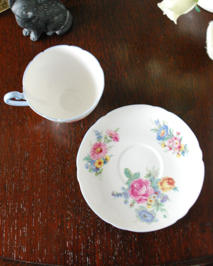 アンティーク 陶磁器の雑貨 アンティーク雑貨 お花のブーケが美しいシェリー窯のアンティークカップ&ソーサー。上から見るとこんな感じです状態のいいものだけを選んでいますが、アンティークなのでキズや欠けがある場合があります。(m-3819-z)