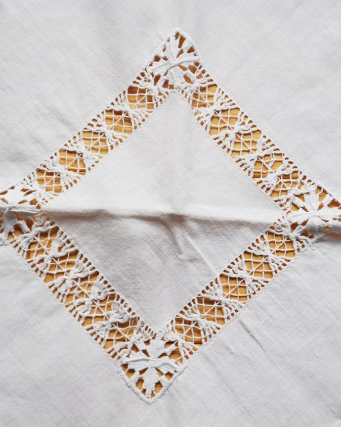 アンティーク雑貨 テーブルクロス 一枚一枚手作業で丁寧に編み込まれていますハンドメイドの繊細さとあたたかさがあります。(m-4091-z)