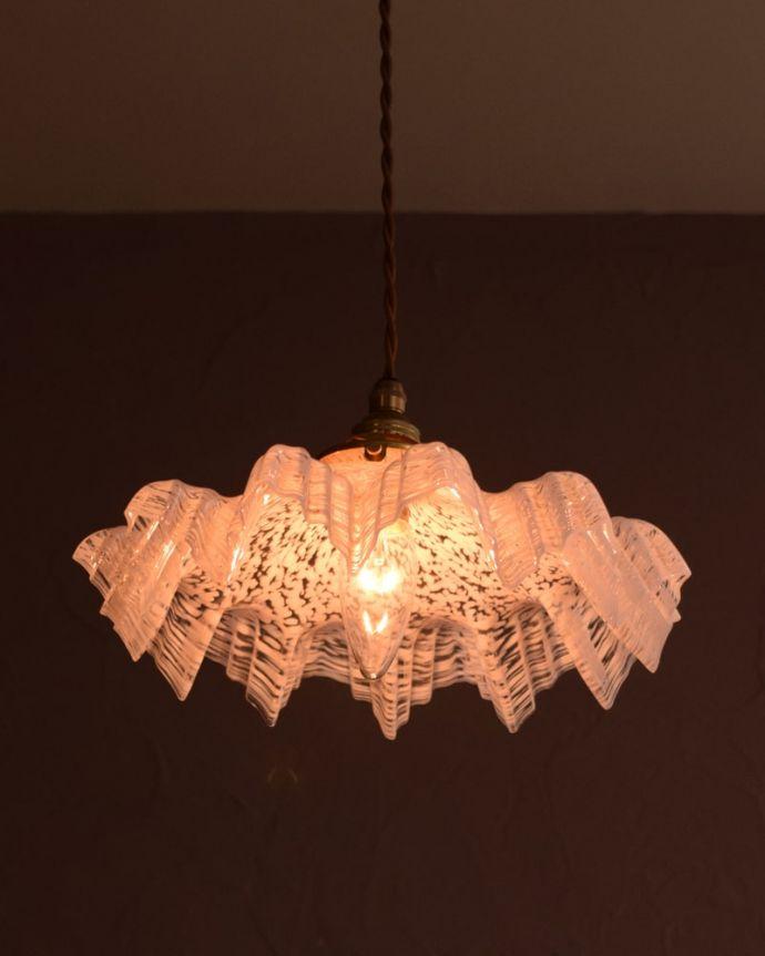 ペンダントライト 照明・ライティング ガラスランプシェード 夜になると・・・ふわっとした優しい灯りで周りを包み込んでくれます。(m-4275-z)