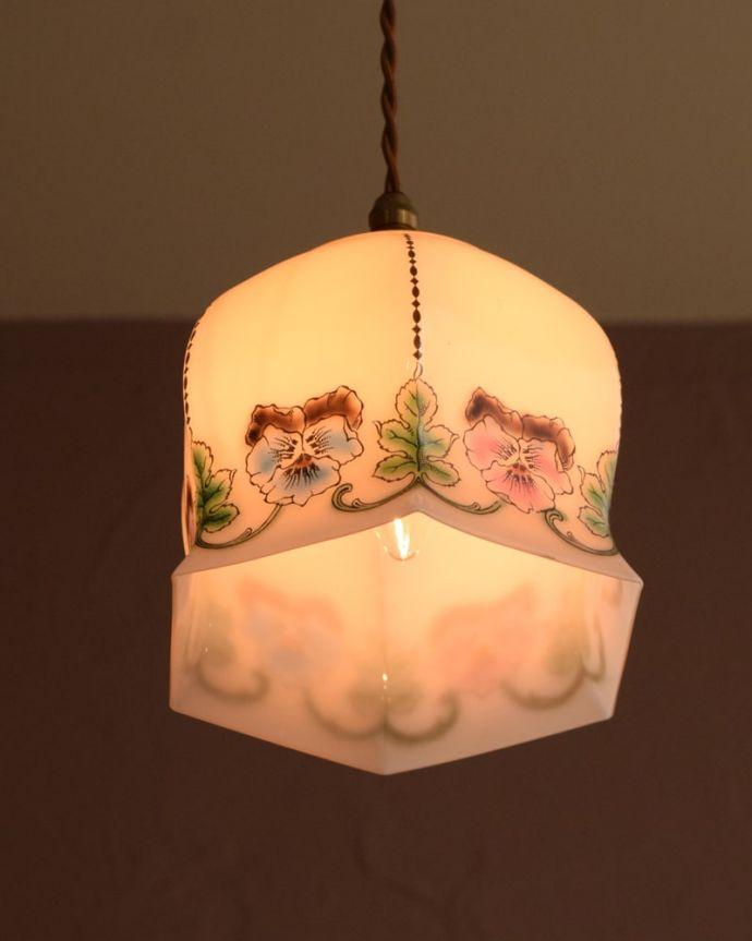 ペンダントライト 照明・ライティング ガラスランプシェード 夜になると・・・ふわっとした優しい灯りで周りを包み込んでくれます。(m-4282-z)