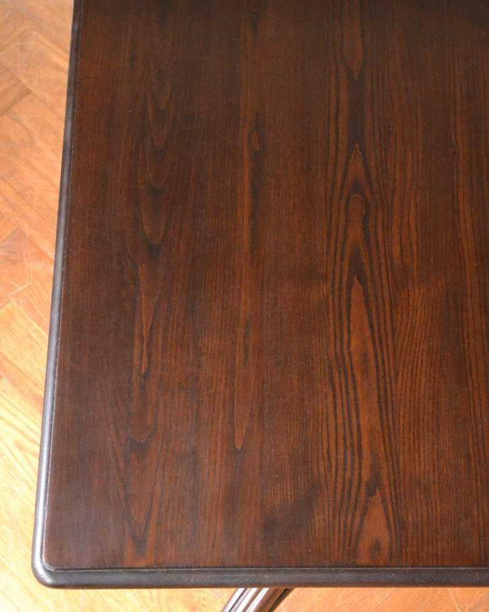 アンティークのテーブル アンティーク家具 THONET トーネットのアンティークカフェテーブル。天板を近づいてみると…アンティークだから手に入れることが出来る天板に使われている銘木の美しさにうっとりです。(m-632-f)