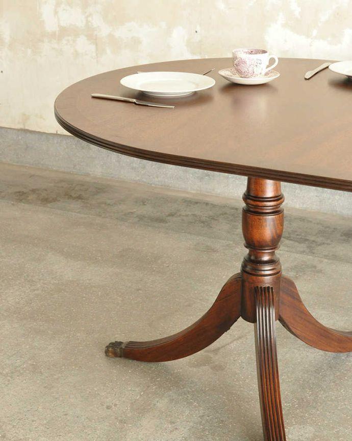 アンティークのテーブル アンティーク家具 美しい脚が特徴的なアンティークの英国家具、伸張式のダイニングテーブル。英国アンティークらしい優雅な佇まいにうっとりアンティークらしい上品な木目とデザインの美しさ。(m-641-f)