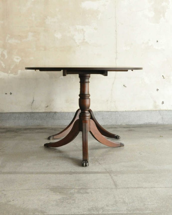 アンティークのテーブル アンティーク家具 美しい脚が特徴的なアンティークの英国家具、伸張式のダイニングテーブル。こちら側から見ても・・・360度、どこから見てもスッキリと美しい姿でみんなを魅了してくれます。(m-641-f)