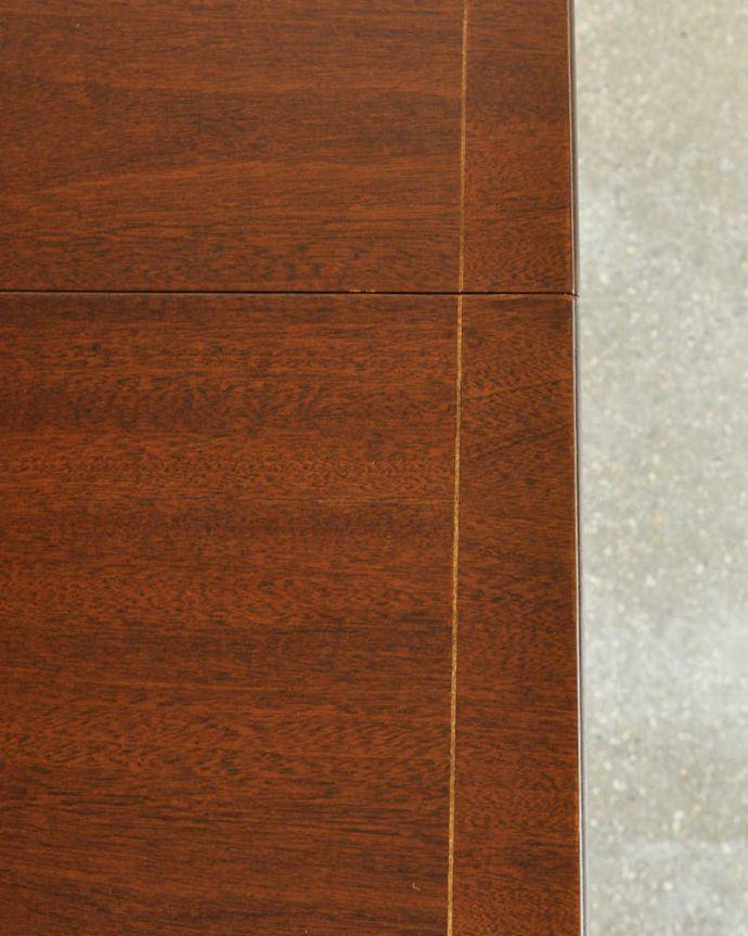 アンティークのテーブル アンティーク家具 美しい脚が特徴的なアンティークの英国家具、伸張式のダイニングテーブル。シンプルな木目がカッコイイ天板を近くで見てみるとこんな感じ。(m-641-f)