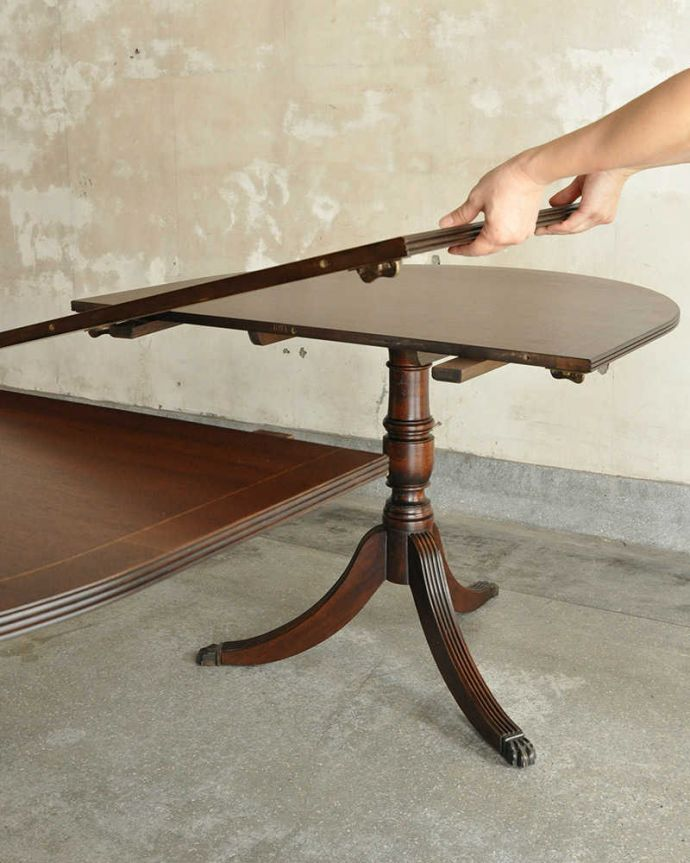 アンティークのテーブル アンティーク家具 美しい脚が特徴的なアンティークの英国家具、伸張式のダイニングテーブル。あっという間にサイズ変更OK!天板の真ん中に天板を足すだけ。(m-641-f)
