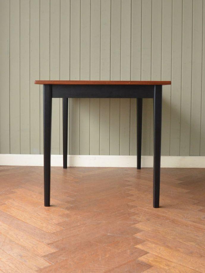 テーブルの反対側
