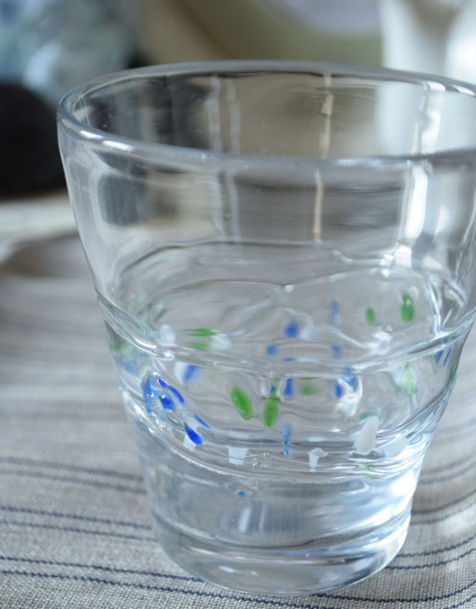 n18-089 クリアガラスのグラス(三色ドット)のアップ